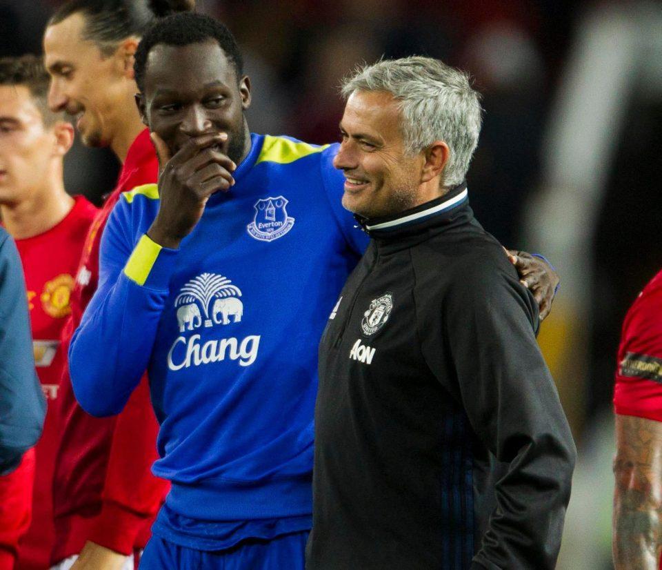 Lukaku conversa com Mourinho após jogo